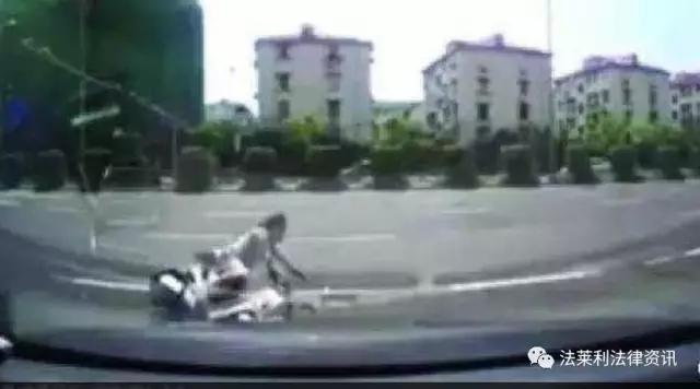 老人骑电动车摔倒,几米外的轿车也要赔偿?