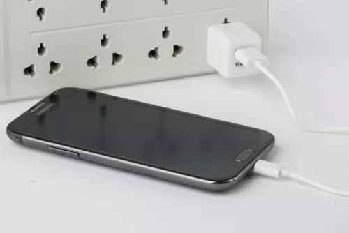 手机电量多少时充电好?能不能边充边玩?整夜充电会不会损坏电池?