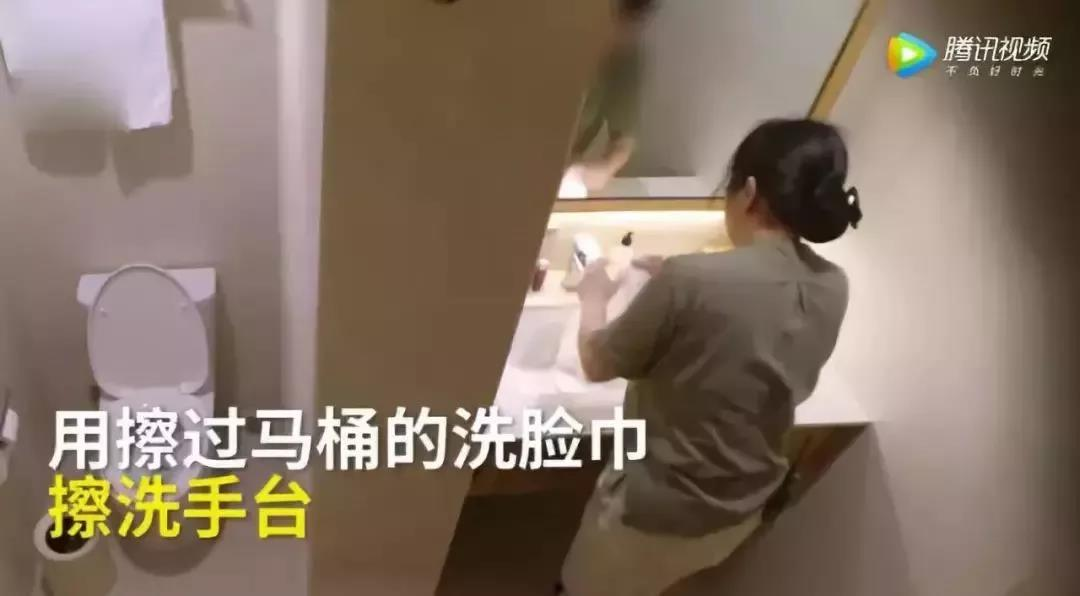 曝光酒店用毛巾擦马桶一年后,他发现自己被备注:此人会装摄像头取证